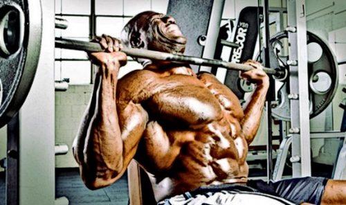 Вправи на плечі зі штангою потрібно періодично замінювати на вправи з гантелями